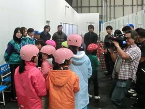 開会式では、テレビカメラにちょっと緊張の参加者たち