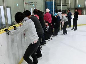 まずはゆっくりとスケートリンクへと入ります