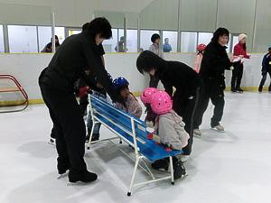 小さな子ども達はベンチを使って立つ練習です